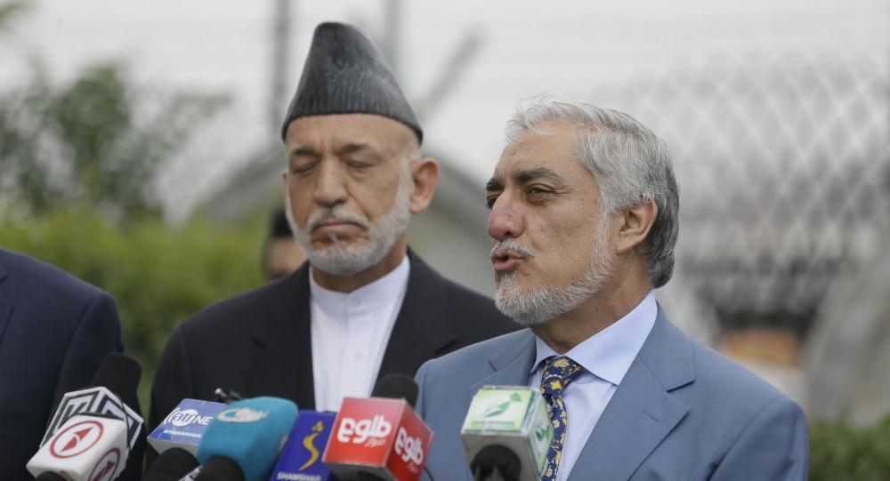 Экс-президент Афганистана Карзай и руководитель службы примирения Абдулла обсуждают мир с Анасом Хаккани из талибов