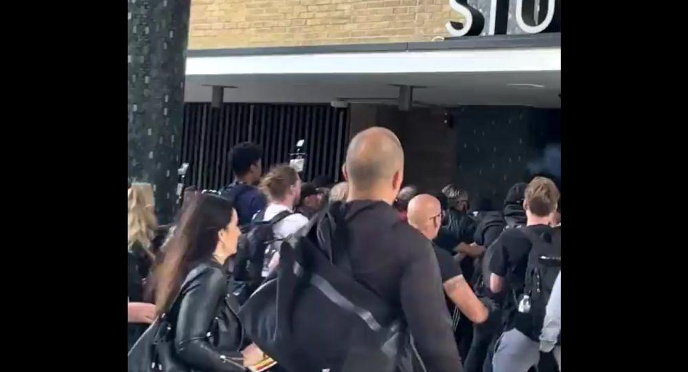 По сообщениям, полицейские не позволяют протестующим против вакцинации штурмовать студию BBC