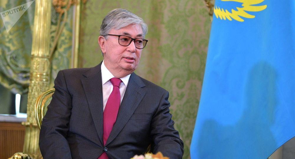 Президент Казахстана вручил посмертные награды солдатам и пожарным, погибшим в результате взрыва на складе боеприпасов