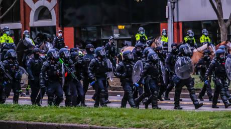Австралийская полиция пытается помешать репортерам освещать акции протеста против COVID-19, но отступает после того, как новость угрожает судебным разбирательством