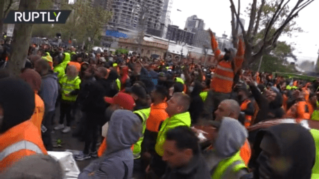 ХАОС в Австралии: строители яростно протестуют против введения вакцины перед штаб-квартирой профсоюза