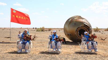 Китайские строители космической станции благополучно вернулись на Землю после того, как побили национальный рекорд на орбите