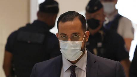 Опальный помощник Макрона по безопасности предстал перед судом Парижа за нападение на протестующих в 2018 году