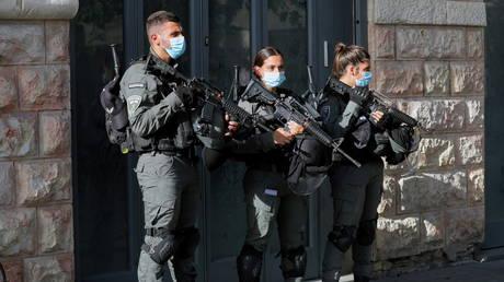 Палестинец застрелен израильской полицией после того, как якобы зарезал двух человек в магазине косметики в Иерусалиме