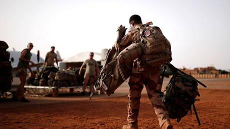 Премьер-министр Мали обвиняет Францию в том, что она «бросила» страну «в полете», когда Бамако обращается к российским наемникам