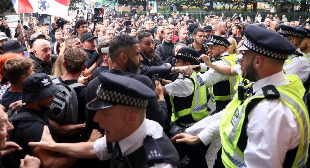 Столкновения демонстрантов с полицией во время акции протеста против вакцинации подростков в Лондоне