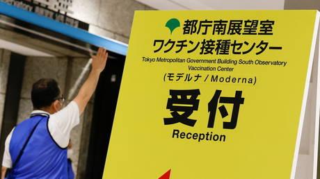 ТРЕТИЙ человек умер в Японии после получения вакцины Moderna Covid из партии, отозванной из-за загрязнения нержавеющей сталью