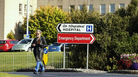 Заболевший Covid ирландец «СПАСЕН» из больницы с помощью антиваксера… затем повторно госпитализирован и «поставлен на искусственную вентиляцию легких» после того, как его состояние ухудшится.