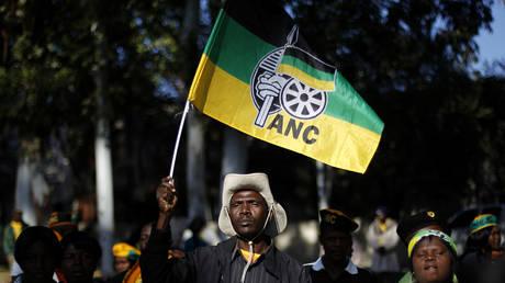 56 человек арестованы после того, как южноафриканские министры «взяли в заложники» ветераны вооруженных сил, требуя компенсации за борьбу с правлением белых