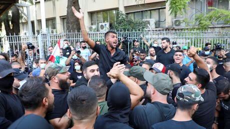 Число погибших в результате сильной артиллерийской перестрелки в Бейруте возросло до 5 на фоне ожесточенных протестов против взрыва в порту судьи зачистки столицы и развертывания ливанской армии