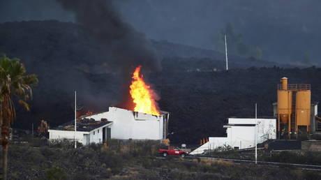 На фото видно извержение вулкана Ла-Пальма из SPACE, местным жителям велено изолировать, поскольку поток лавы разрушает цементный завод