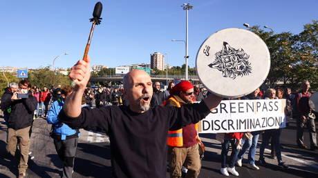 Протесты обрушились на крупный европейский порт Триест на фоне угроз полностью заблокировать его из-за обязательного зеленого прохода Италии