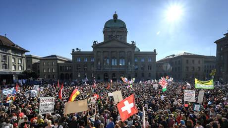 Тысячи людей наводнили швейцарскую столицу, чтобы осудить сертификаты Covid