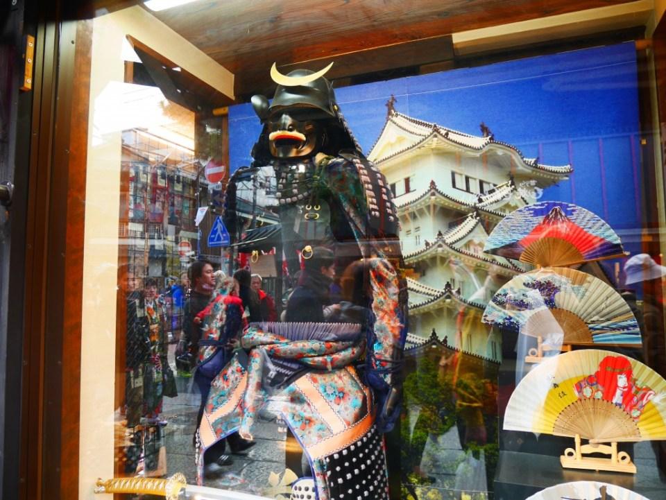Pensée pour Stanley ! (armure du samouraï Masamune Date dans les rues commerçantes de Fushimi Inari)
