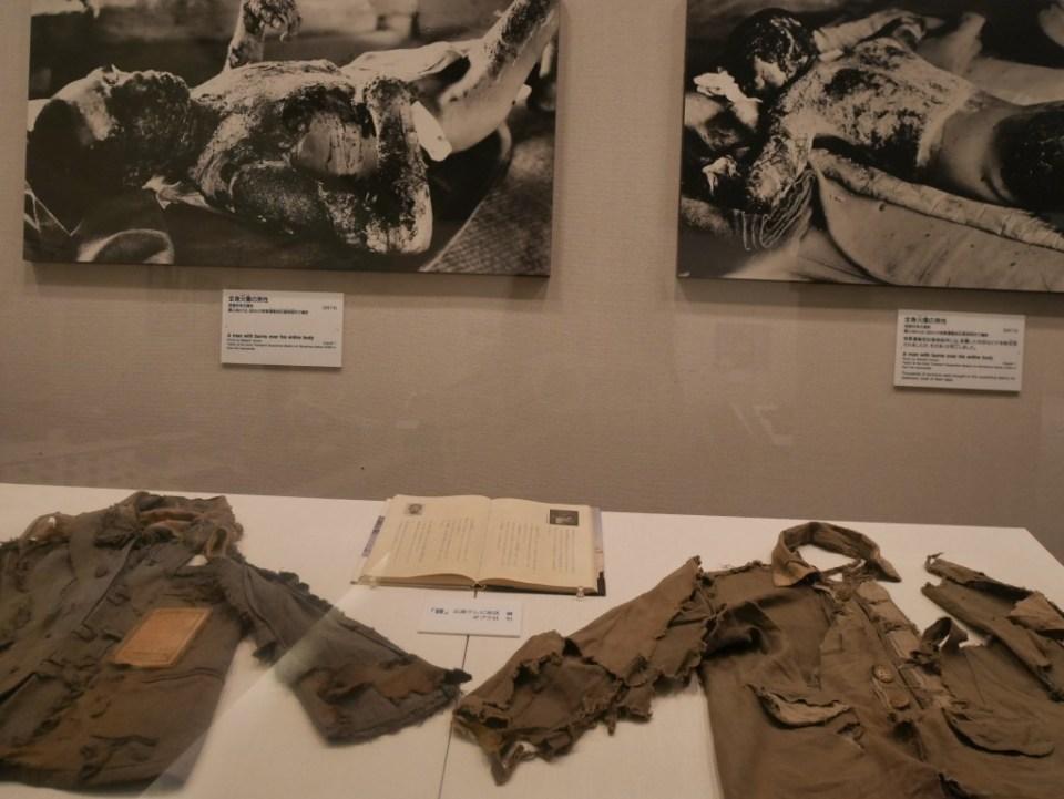 Vêtements brûlés par l'explosion et des photos de victimes