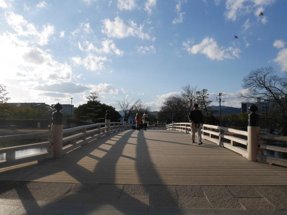 Pont devant le château de Hiroshima
