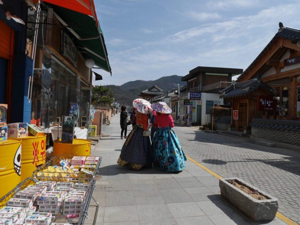 Deux Coréennes en hanbok dans le hanok