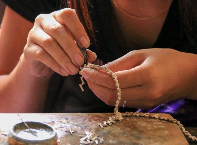 Une jeune femme travaillant sur un bijou - © dMb 2020