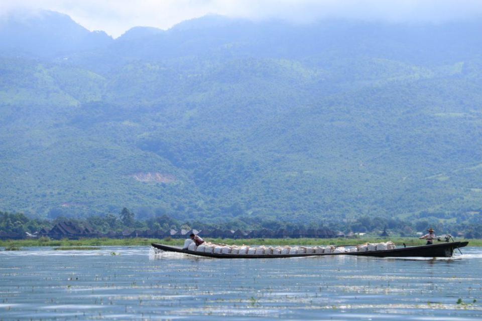Large bateau sur le lac de Inle - © dMb 2020