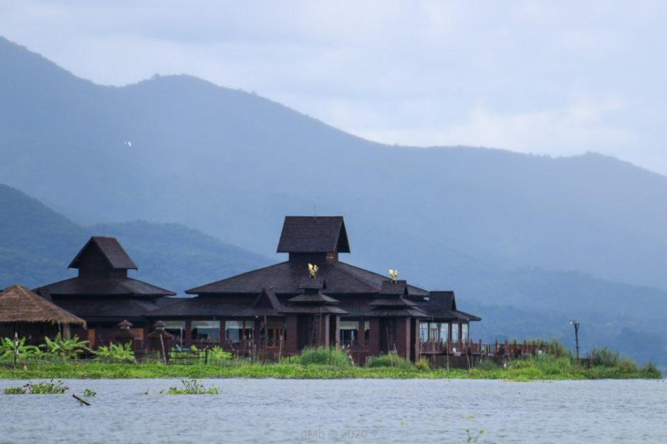 Hôtel de luxe que l'on pensait être un beau temple au lac de Inle - © dMb 2020