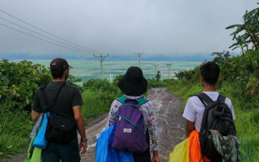 Dante, Somwan et Aung, notre guide, sur le chemin du retour