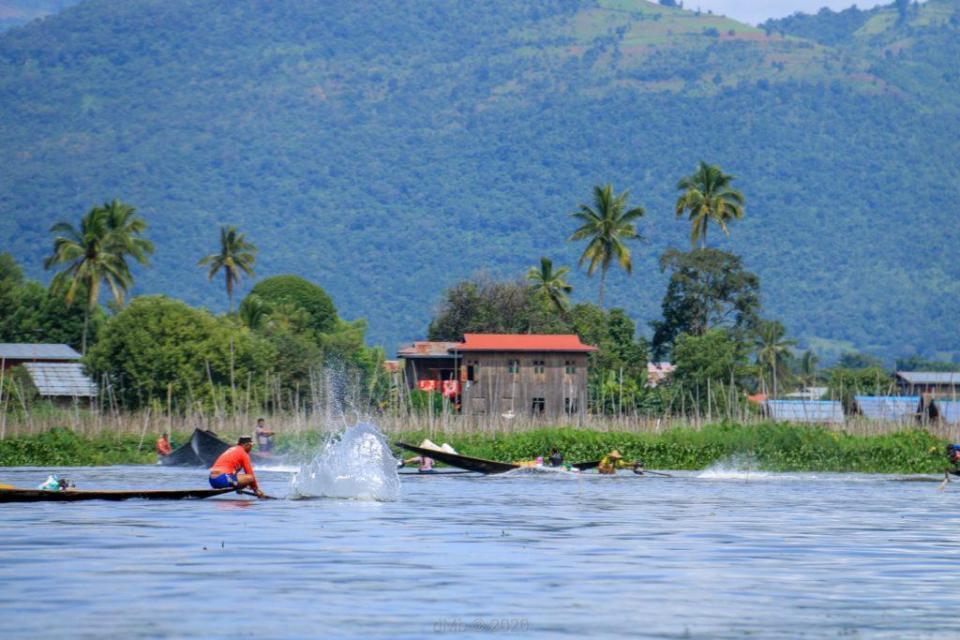 Pêcheurs tappant la surface pour agiter les poissons - © dMb 2020