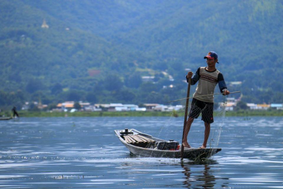 Véritable pêcheur au lac de Inle, utilisant la rame avec sa jambe - © dMb 2020