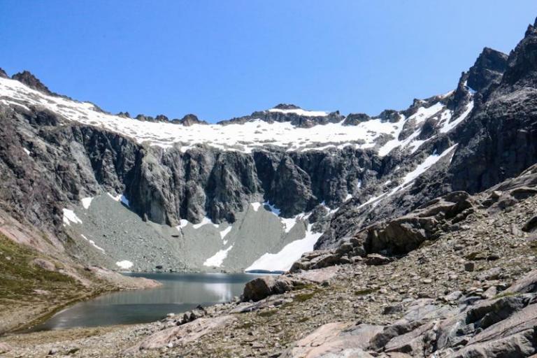 """Si j'en crois le papier, ce lac est le lac """"Los tempanos"""". Regardez bien la paroi de droite, elle est importante pour la suite."""