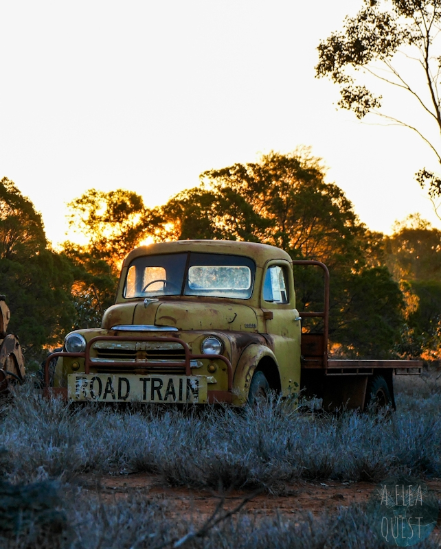 Véhicule abandonné dans un outback désolé