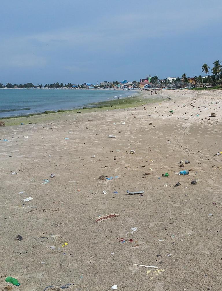 Plastiques sur la plage à Trincomalee © dMb 2020