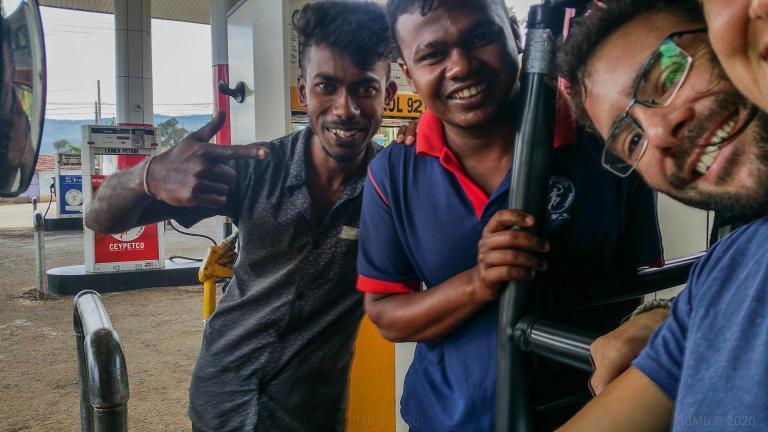 Selfie à la station essence avec les employés © dMb 2020