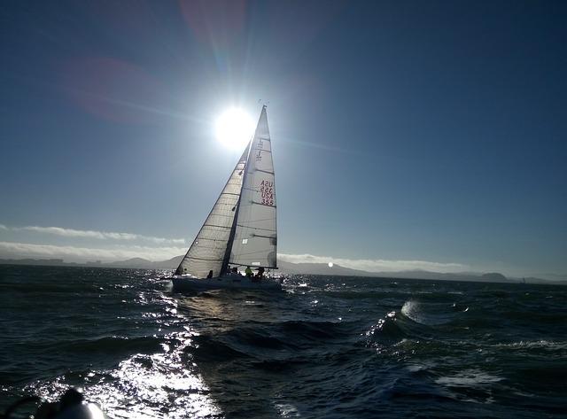 Voilier soleil à la voile naviguer