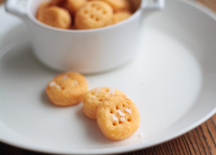 Suolaista kisakatsomoon: Cheddar-suolakeksit