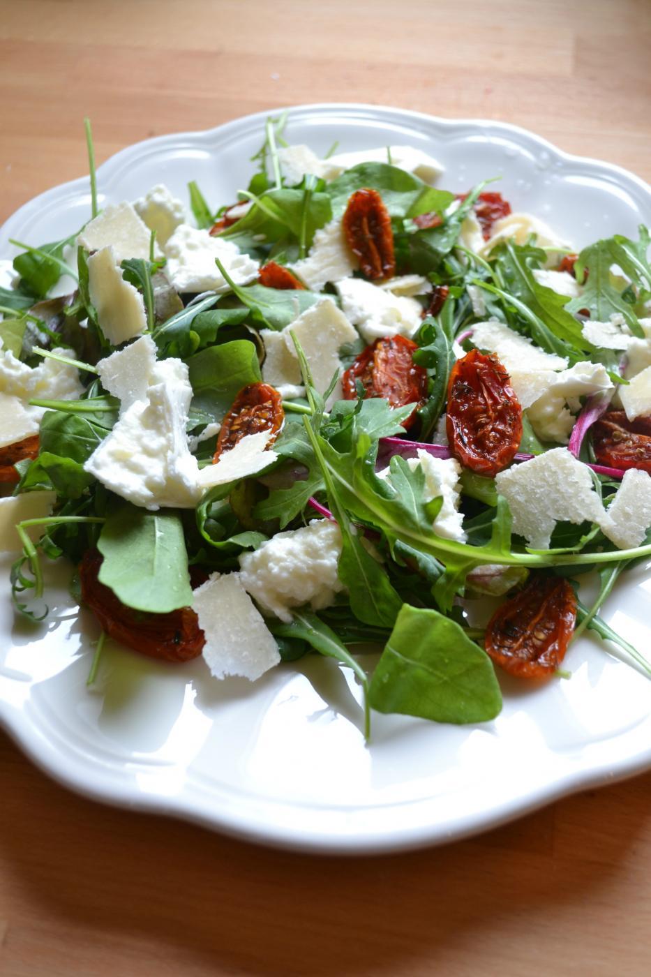 Salaatti uunikuivatuilla kirsikkaluumutomaateilla ja pestolla