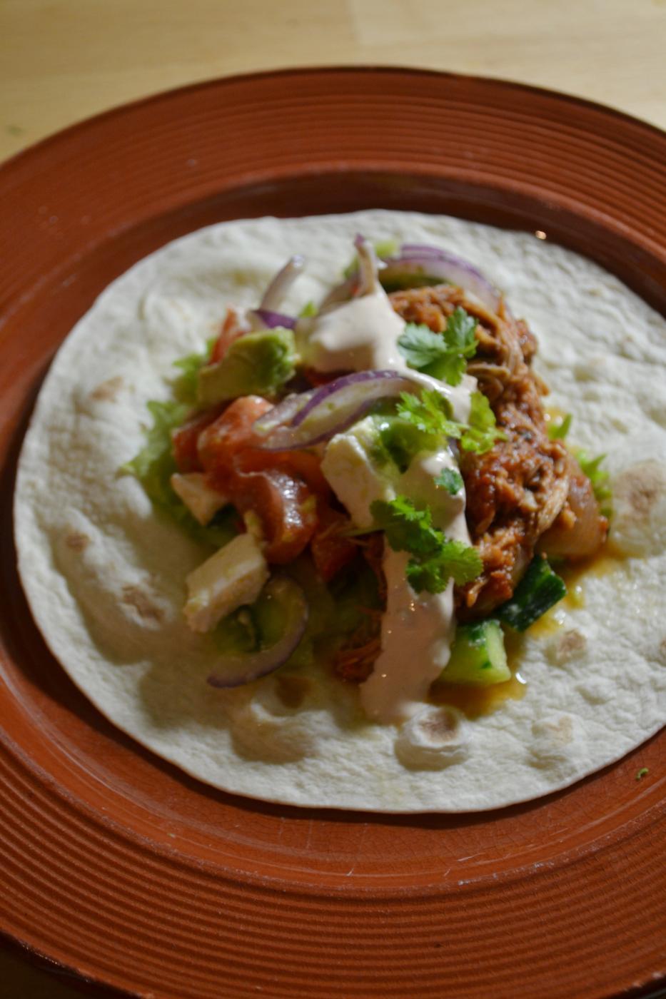 Revityllä broilerilla täytetyt tortillat ja chipotlekastike