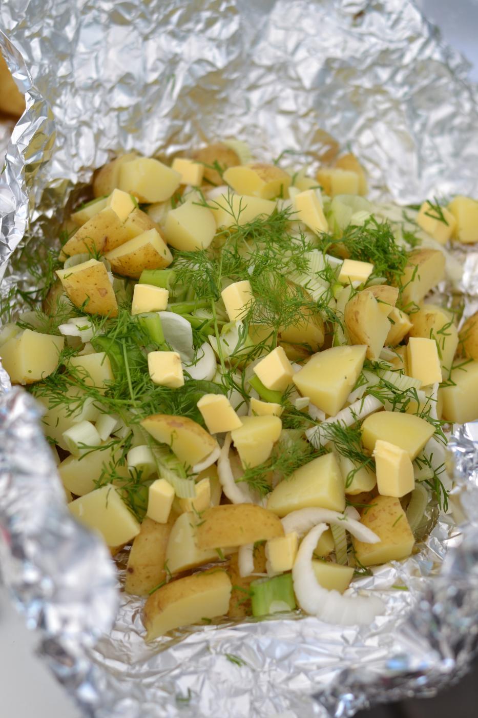 Uudet perunat grillinyytissä