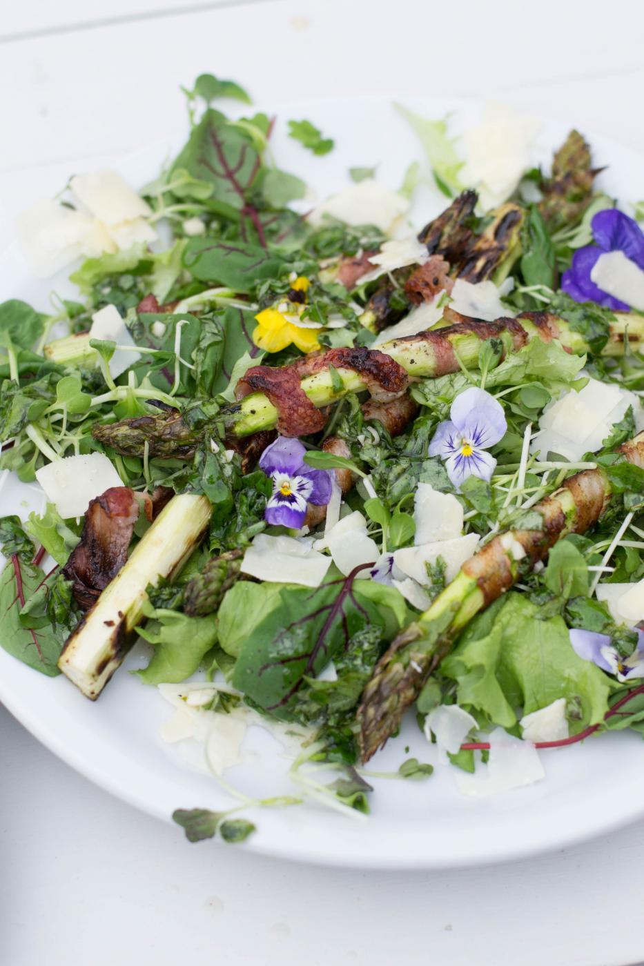 Grillattua parsaa ja kukkasalaattia