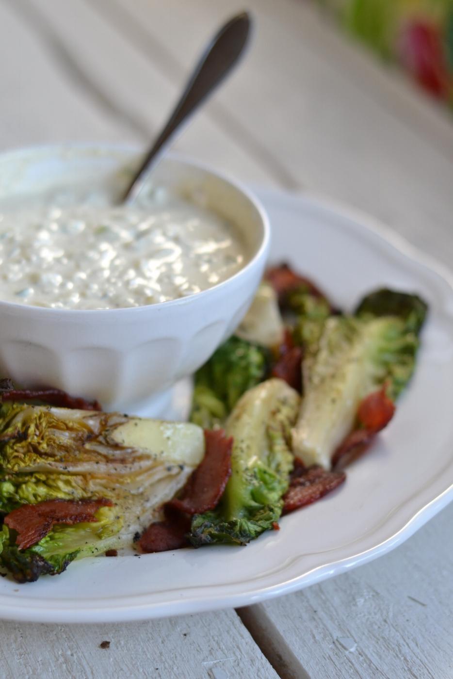 Grillattu salaatti ja homejuustokastike