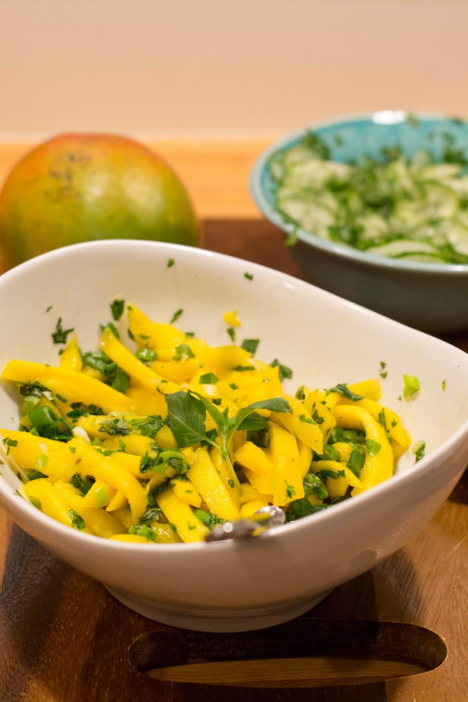 Mangosalaatti ja korianterikurkut