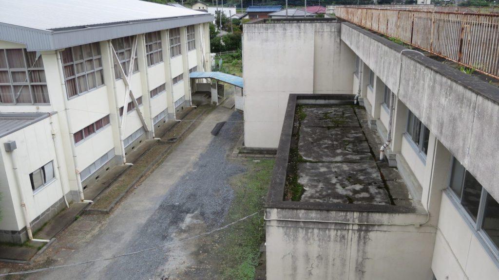 まるまる撮影で使える学校スタジオ・屋上の上の貯水槽・カメラポジション・2階廊下照明仕込みポイント