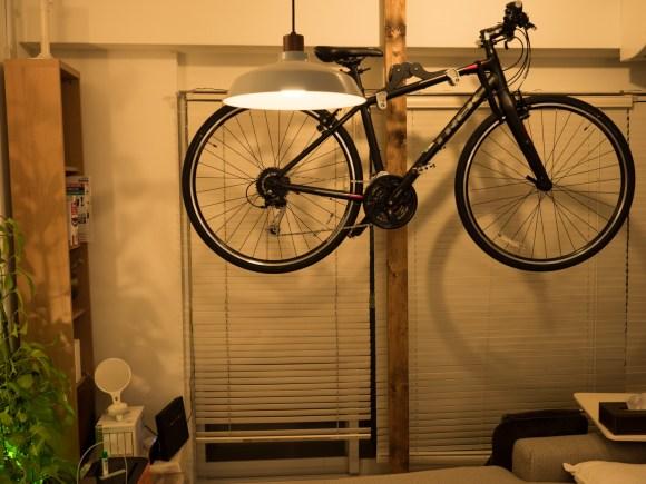 宙に浮く自転車