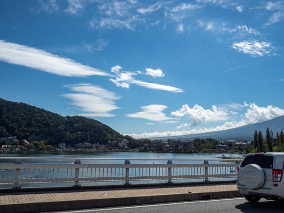 右端の尾根が富士山です