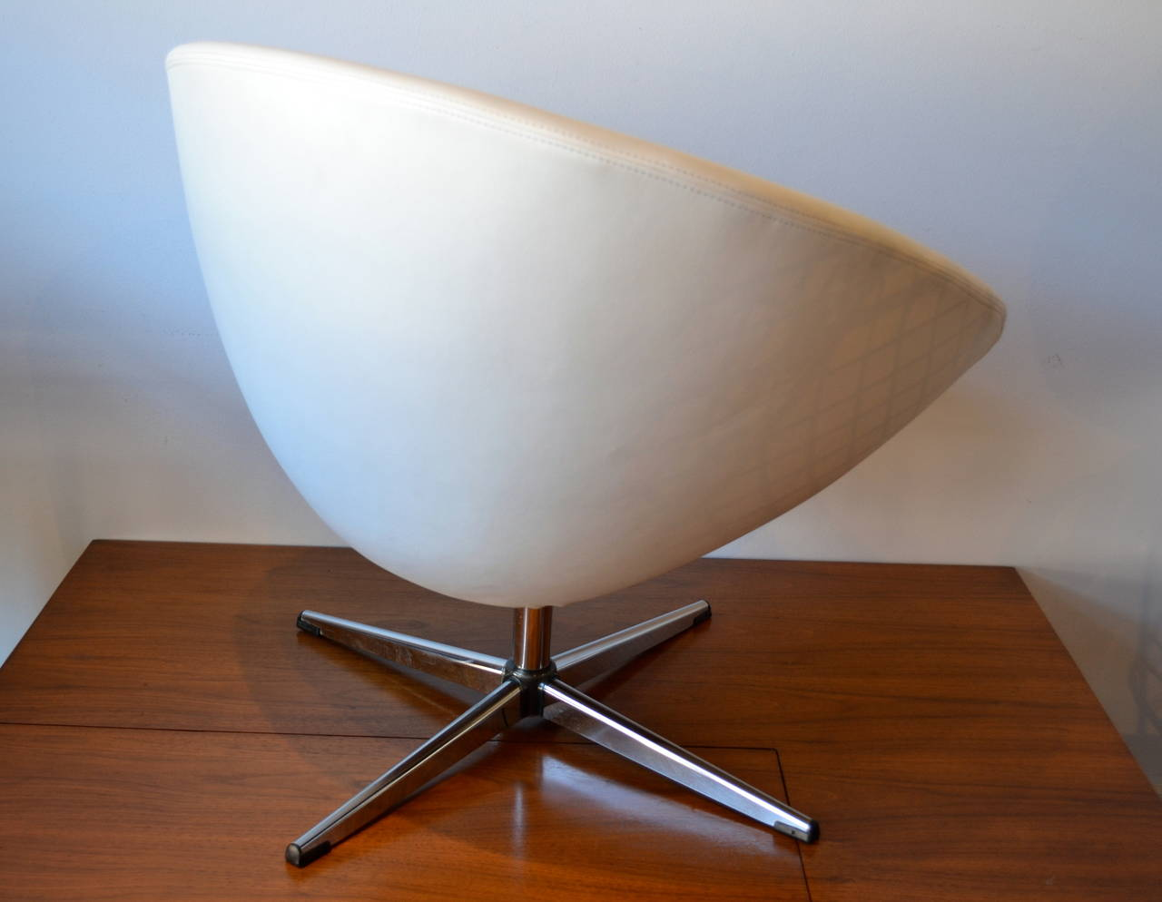 White Leather Swivel Chair 1960s Swivel Egg Chair In White Leather With Chrome Base