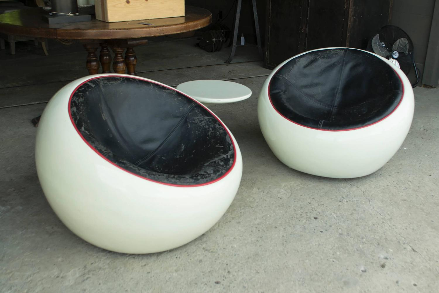 Egg Pod Chairs Vintage White Egg Pod Chair Set With Side Table For Sale