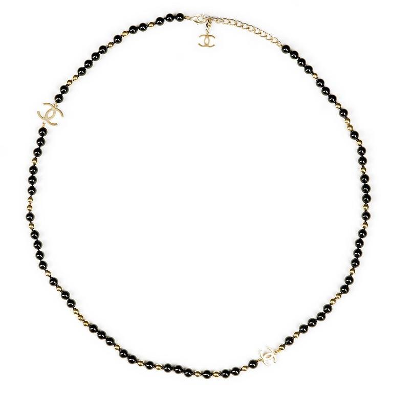 TRES CHIC Chanel Black and Gold 'CC' Necklace For Sale at