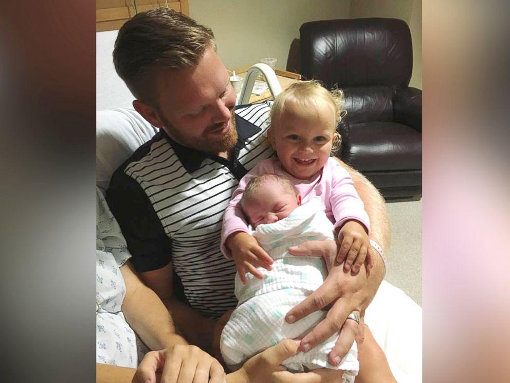 Freya quando tinha 1 ano de idade: no colo do pai, David, e com a irmãozinha Elowen, então com 2 meses