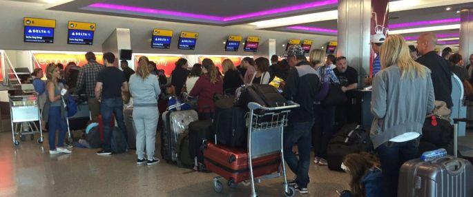 PHOTO: Delta customers wait on line on August 8, 2016.