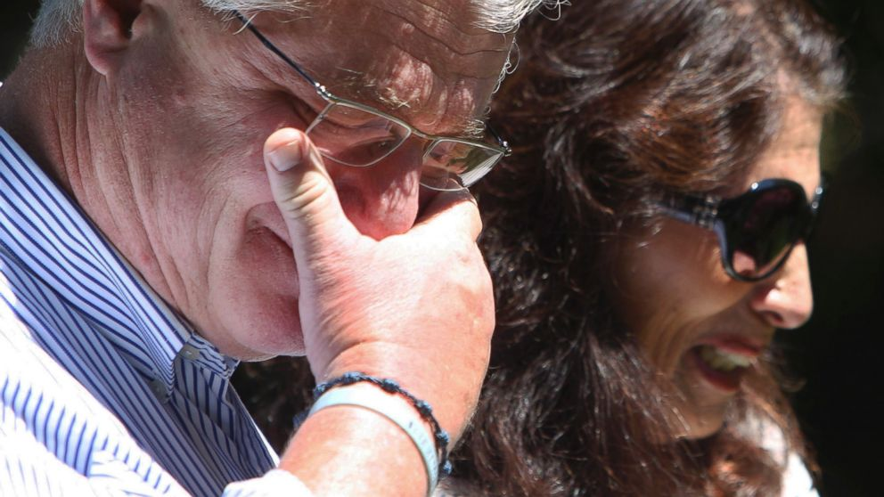 PHOTO: After speaking with President Barack Obama by phone on Aug. 20, 2014, John and Diane Foley talk to reporters outside their home in Rochester, N.H.