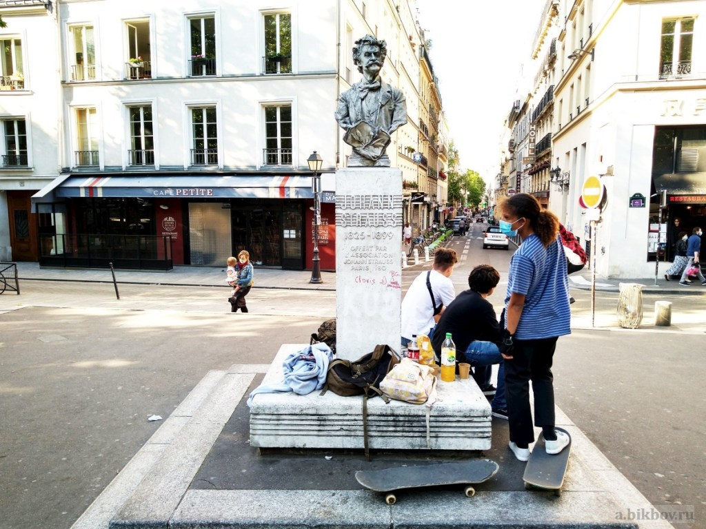 Going social during the outbreak in Paris: new and old ways to pass leisure time