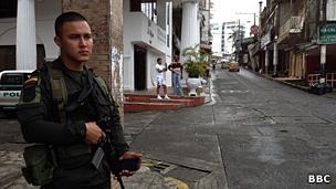 Policía patrulla en una calle de Buenaventura.
